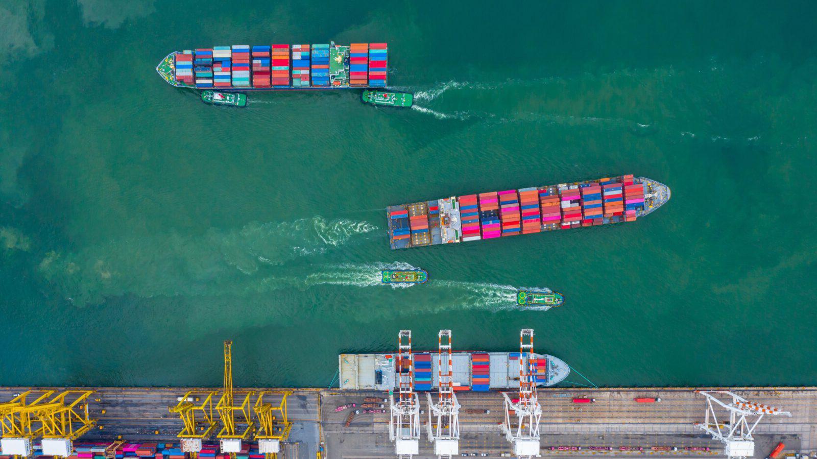 鸟瞰图货船码头, 货船码头卸车起重机, 鸟瞰图工业港口与集装箱和集装箱船.